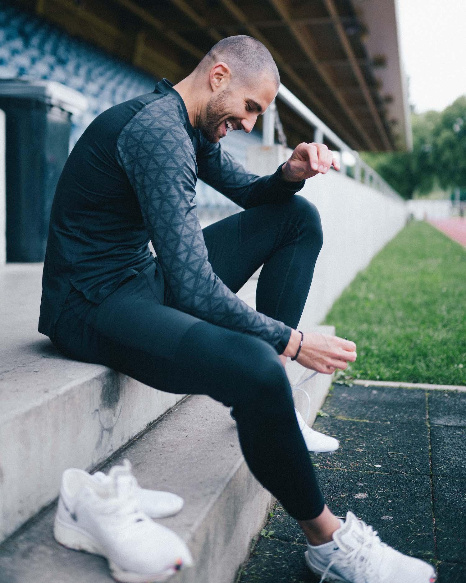 Kariem beim Schuhe anziehen