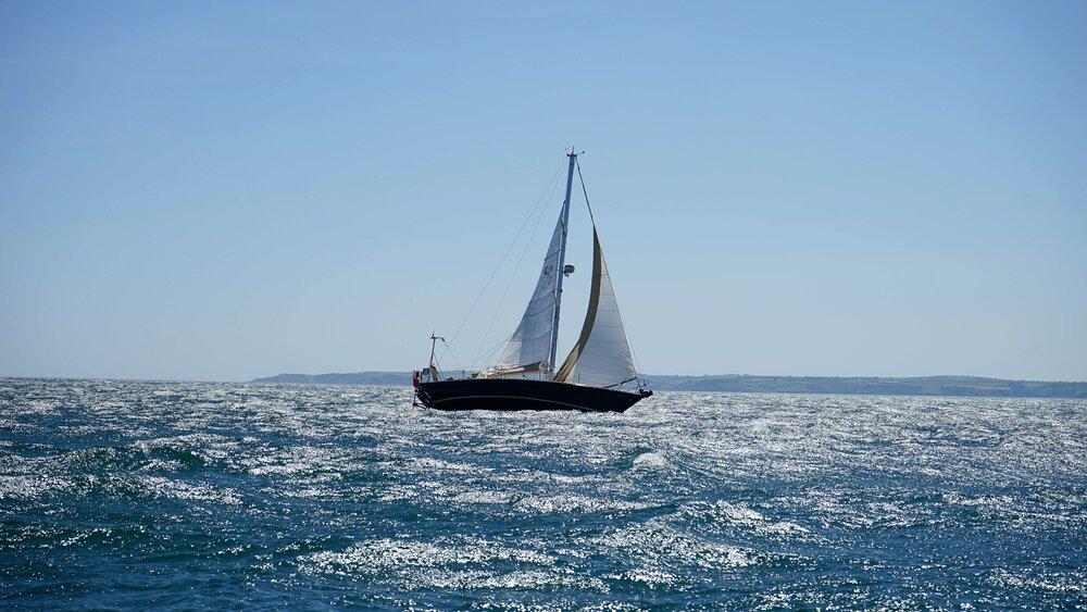 white-and-black-sail-boat-on-ocean-996328.jpg