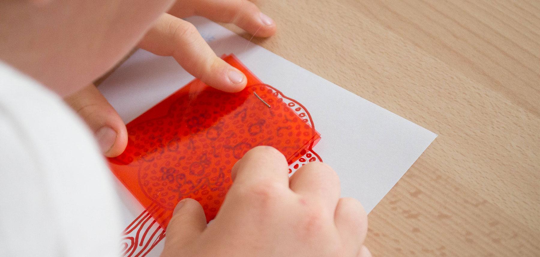 Ateliers enfant regarde dessin caché
