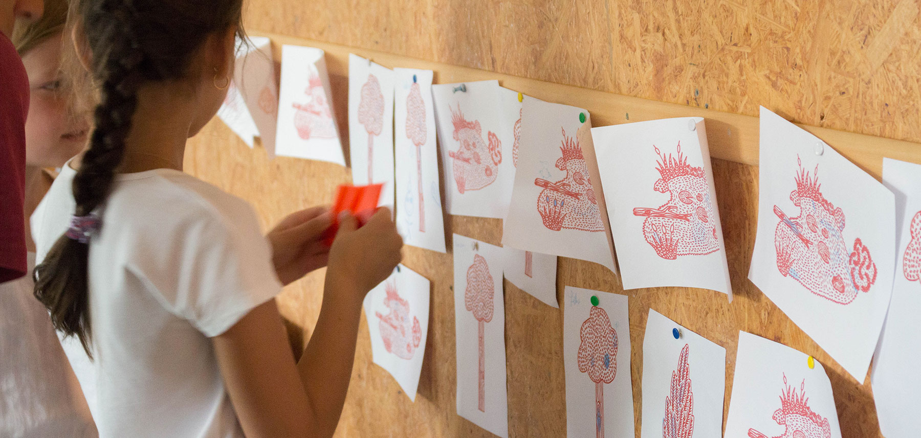 Ateliers enfant observe fresque