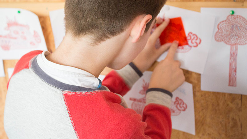 Ateliers garçon observe fresque