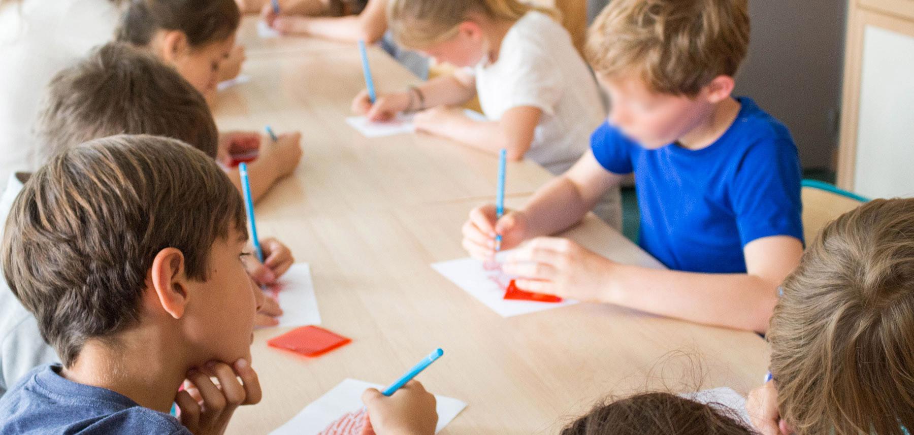 Ateliers groupe élèves dessine