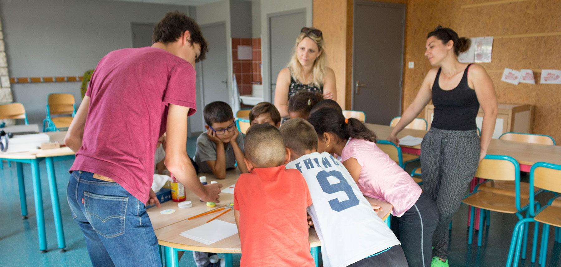 Ateliers groupe élèves observe mélange de couleur