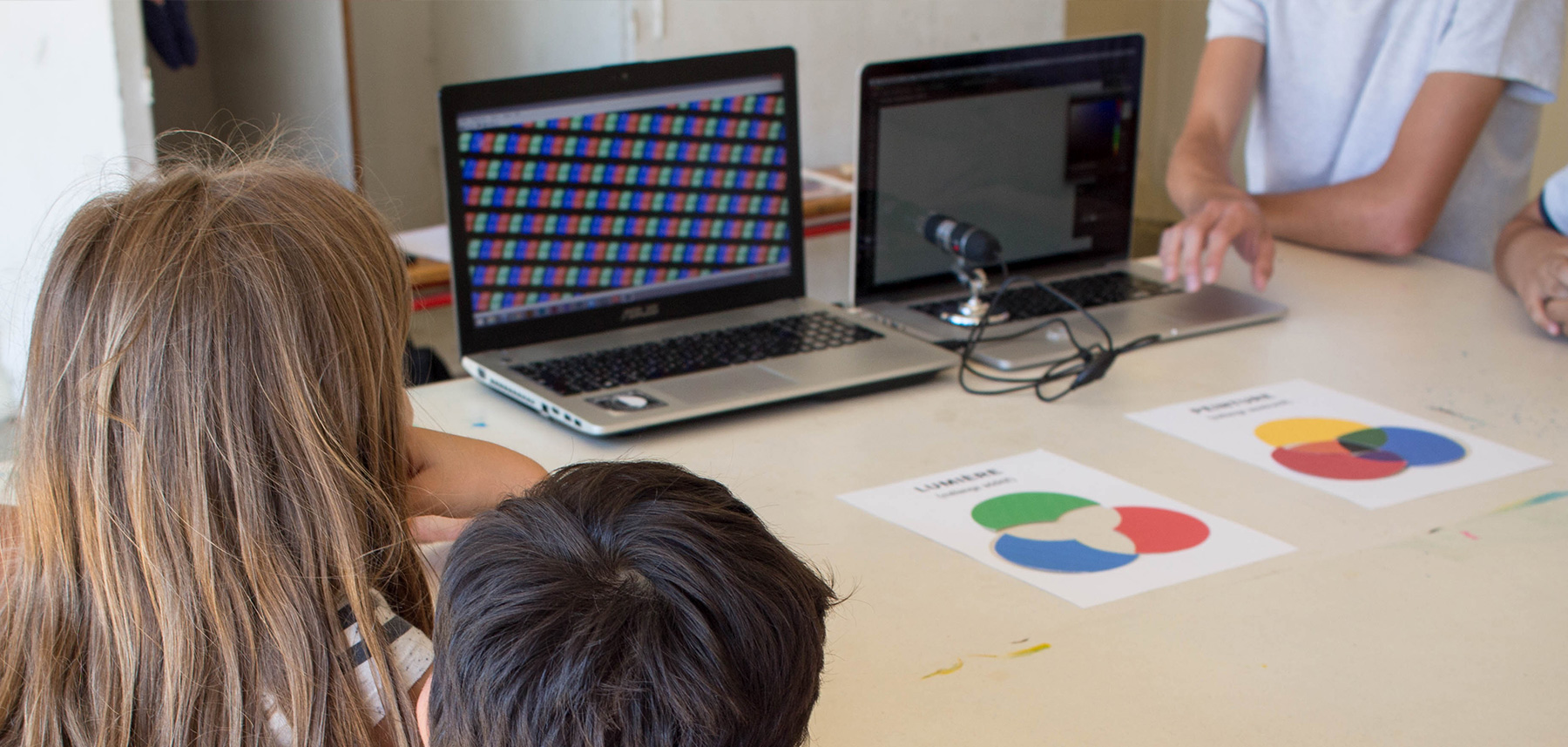 Ateliers élèves observent écran microscope