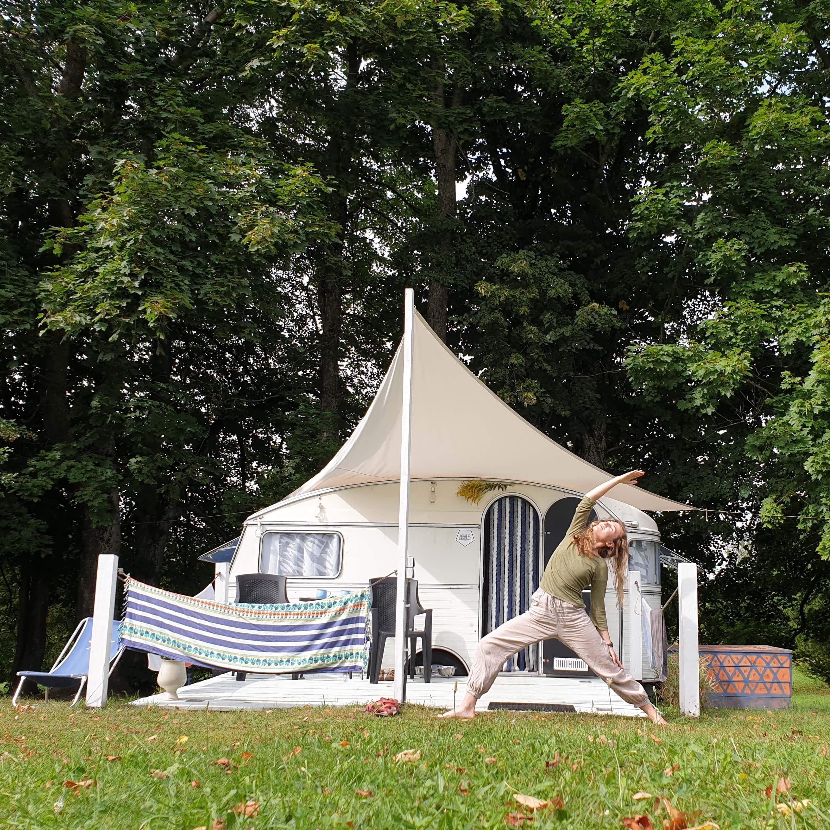 joga przed namiotem