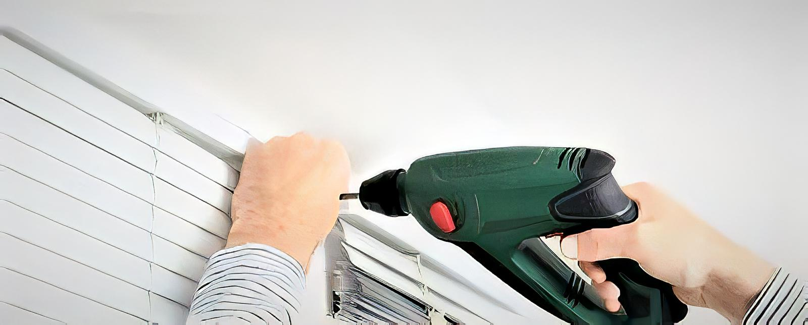Using screw driver for blinds fitting