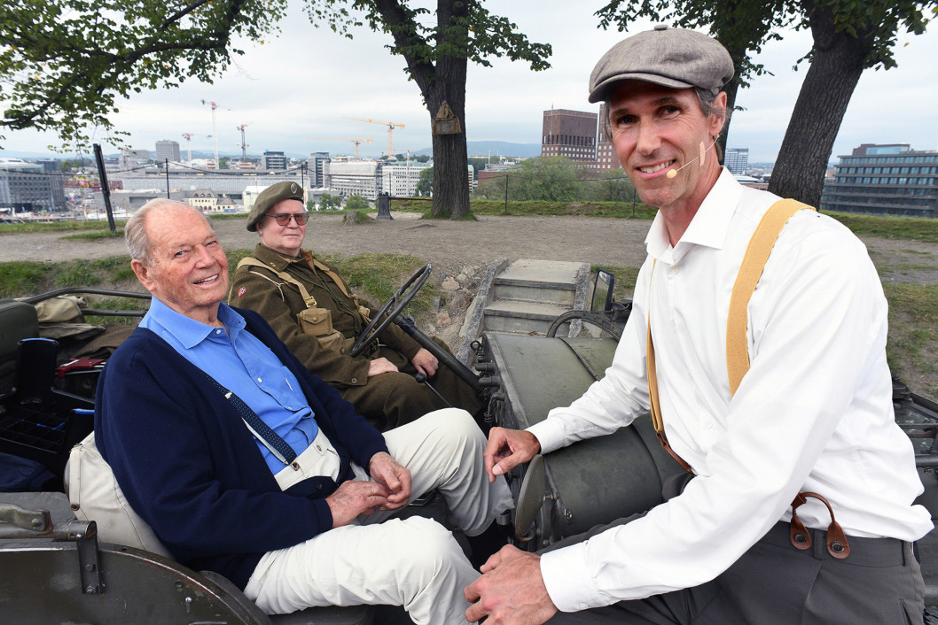 Motstandsmann Erling Lorentzen med sjåfør, i militær-jeep, sammen med Ross Kolby i eple-nickers, bukseseler og six-pence, på Akershus festning
