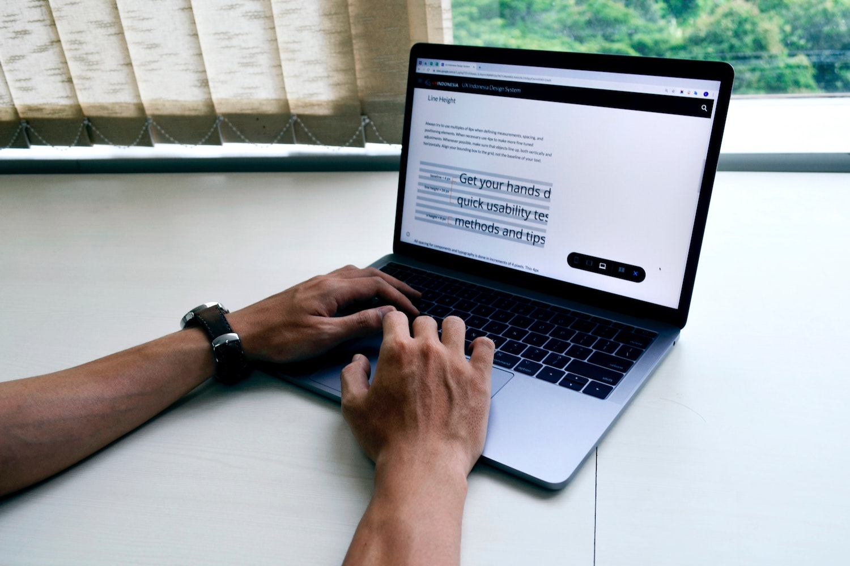 Mann schreibt auf Papier/ Brainstorming
