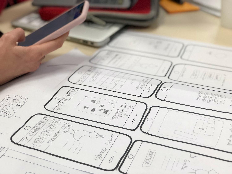 UI/UX Design auf Papier Mobile App