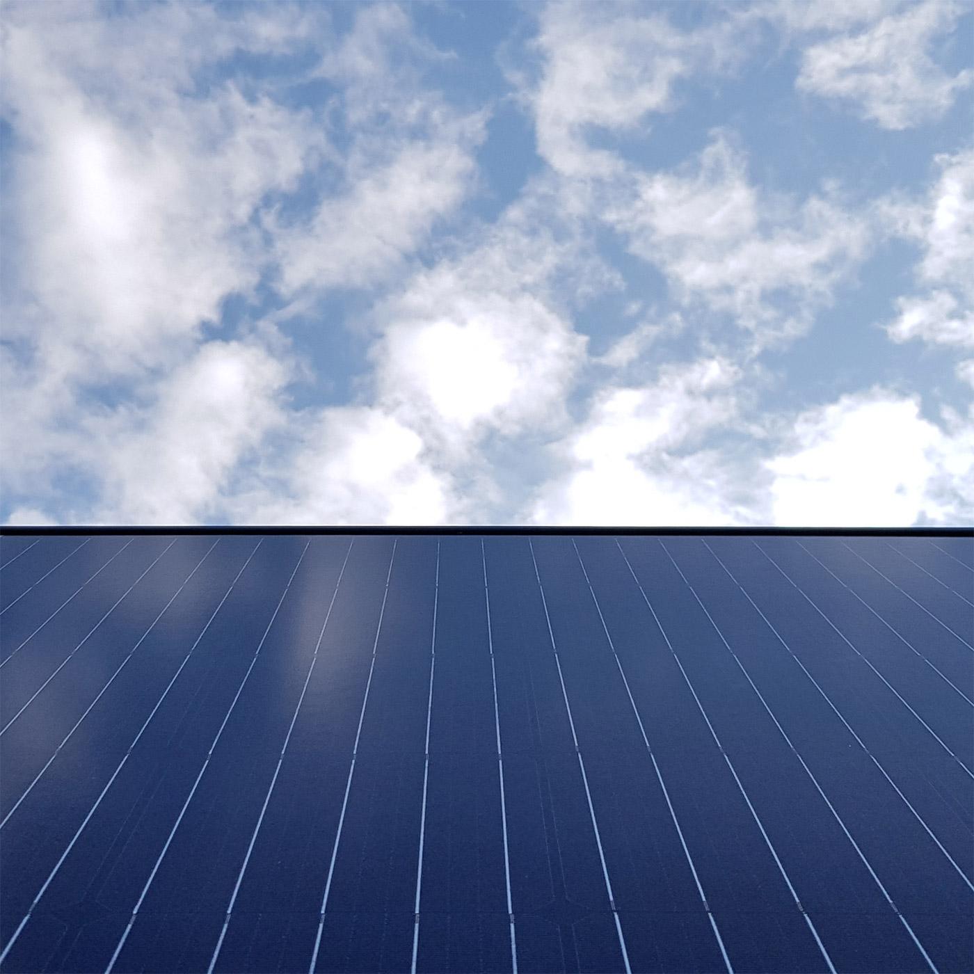 Aurinkopaneelijärjestelmä katolla