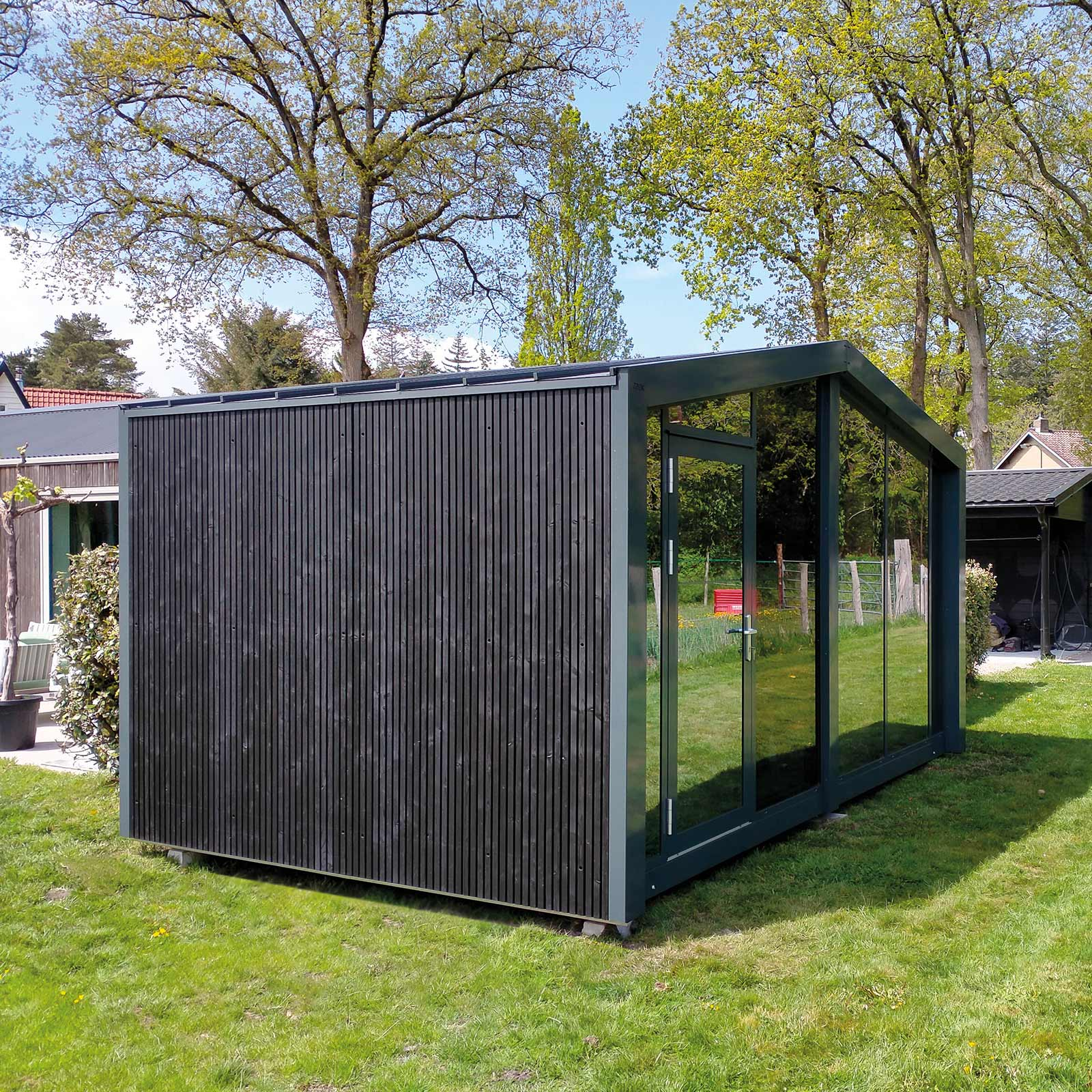 ZaaK® ZDL3 geplaatst in achtertuin. Zijaanzicht op het tuinkantoor.