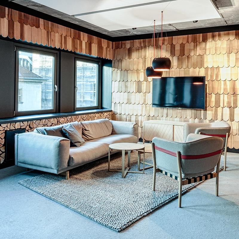 Dieses außergewöhnliche und edle Raumdesign schafft eine gemütliche Atmosphäre wie in einer Holzhütte. Genügend Brennholz für ein knisterndes Kaminfeuer liegt jedenfalls schon mal bereit. Gibt es einen cooleren Ort für ein Meeting?