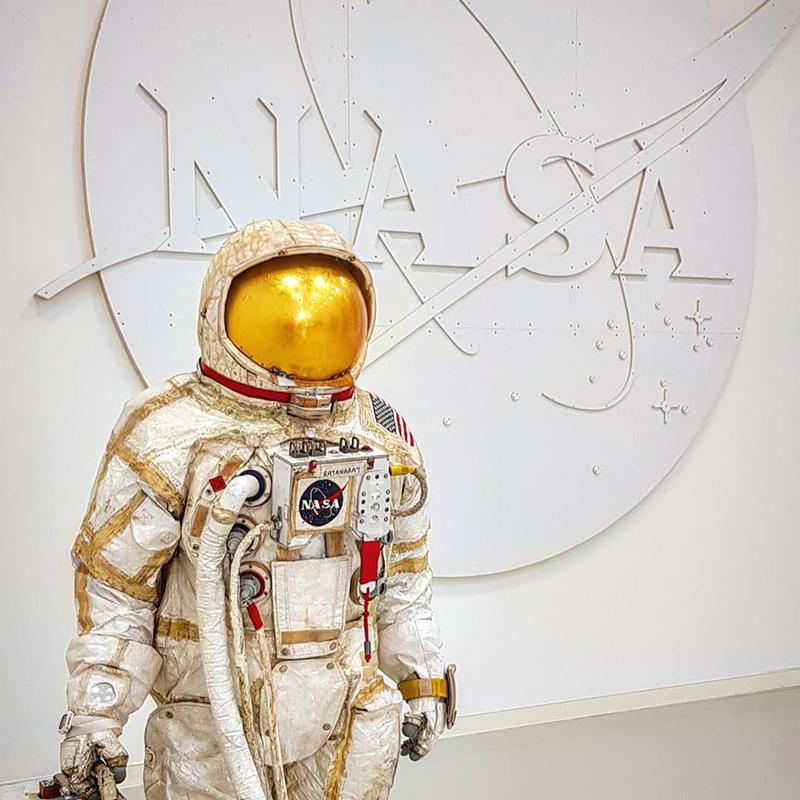 Dieses imposante Logo aus weißem MDF wurde für den amerikanischen Künstler Tom Sachs gefertigt. Das Werk heißt »Nasa Meatball Logo, White« und ist aus dem Jahr 2019.