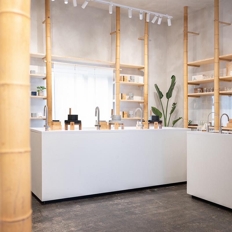 Diese außergewöhnliche, edle und minimalistische Innenausstattung aus Bambus und Beton schafft einen gemütlichen und reinlichen Look. In diesem Concept Store geht es schließlich um gesunde Ernährung und Schönheit. Ein Ort, an dem Moderne und Tradition aufeinandertreffen.