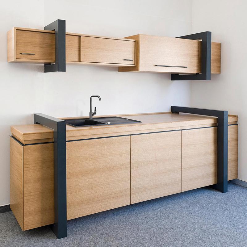 Diese ausgefallene Küchenzeile aus Eiche wird durch ihr anthrazitfarbenes Stahlprofil zu einem echten Design-Statement.