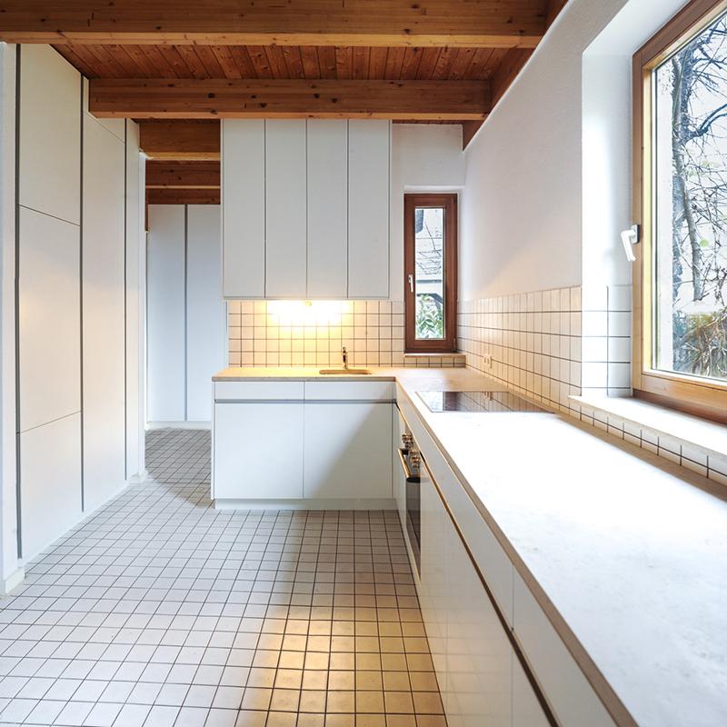 Diese wunderschöne geräumige Küche ohne viel Chichi, dafür aber mit umso mehr Stauraum lädt mit ihrer großflächigen Arbeitsplatte aus Granit zum gemeinsamen Kochen und Backen ein. Die Kombination aus Holz und Stein sorgt für eine urige und gemütliche Wohnatmosphäre.