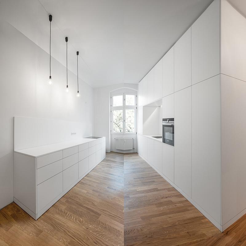 Diese ausgeklügelte, zeitlose Küche bietet 3 in 1. Sie verbindet den Garderobenbereich mit rückseitigem Stauraum und einem Kleiderschrank. Sie strahlt Eleganz, Frische, Sauberkeit und eine angenehm freundliche Atmosphäre aus.