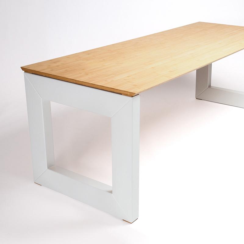 Dieser große und freundliche Schreibtisch ist ein guter Beweis dafür, dass sich selbst große Tische in kleineren Räumen behaupten und für Gemütlichkeit sorgen können.