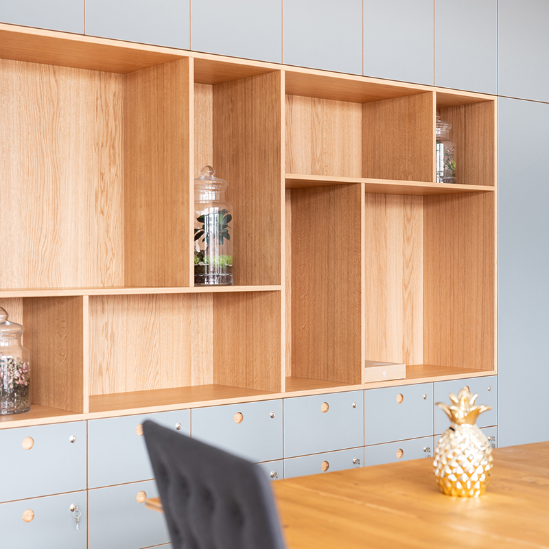 Diese schöne Schrankwand aus Eiche und Linoleum in einem edlen Grau bietet unterschiedliche Möglichkeiten an Stauraum. So hält sie beispielsweise Schließfächer für Laptop und Schreibutensilien, aber auch für Bücher, eine schöne Vase oder Ähnliches bereit.