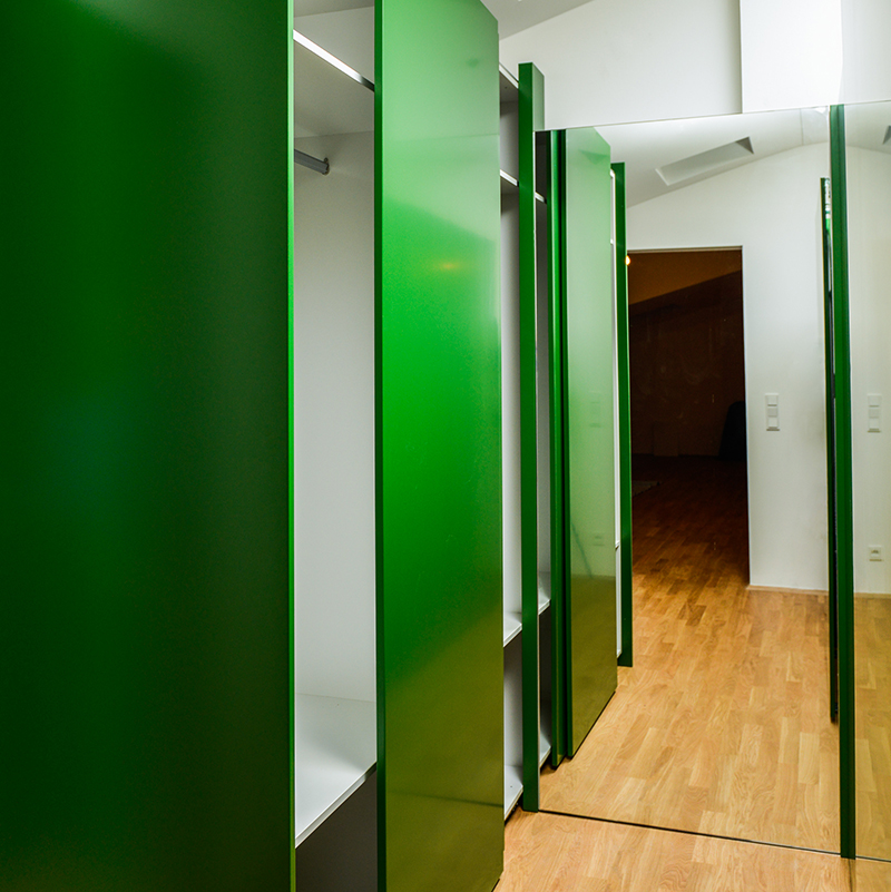 Dieser geräumige Kleiderschrank ist mit seinem intensiven smaragdgrün ein echter Hingucke und bietet viel Platz für Kleidung aller Art. Der angrenzende Ankleidespiegel sorgt für mehr Raumtiefe – wow, was für ein Ankleidezimmer.