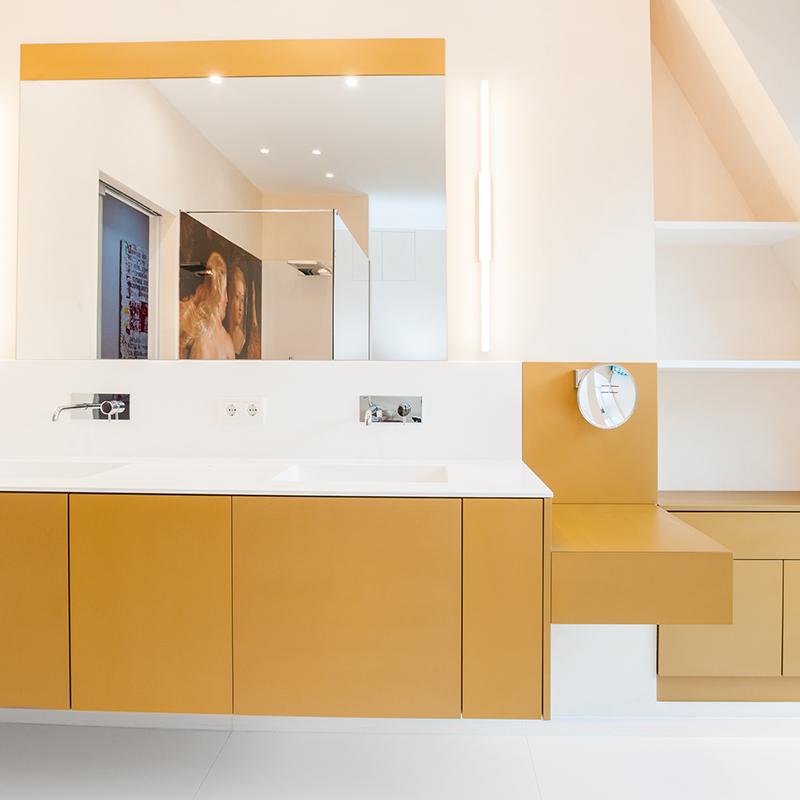 Diese minimalistische und elegante Badezimmerausstattung sorgt mit ihrem warmen Goldton und ihrem klaren Design für ein wohltuendes und entspannendes Wellnessgefühl.