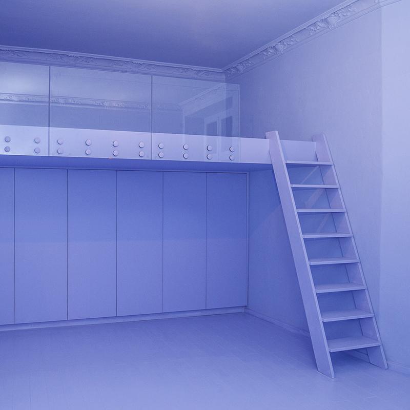 Der Einbauschrank mit Tip-On und Soft-Close Funktion kombiniert minimalistisches Design mit expressiver Farbgebung. Im gleichen Stil präsentieren sich das Hochbett mit verglaster Balustrade und maßgefertigter Treppe. Wow! Was für ein Wahnsinns Raumgefühl.