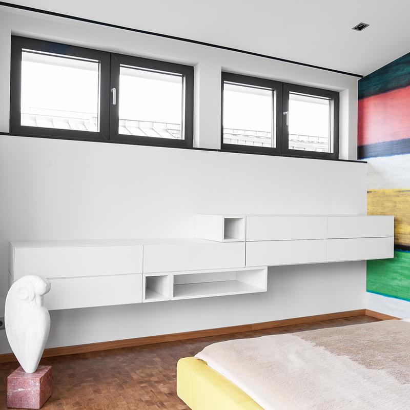 Das moderne, freihängende Sideboard lockert den Raum mithilfe seiner Asymmetrie auf und bietet mit 7 Schubladen und 3 offenen Fächern reichlich Stauraum.