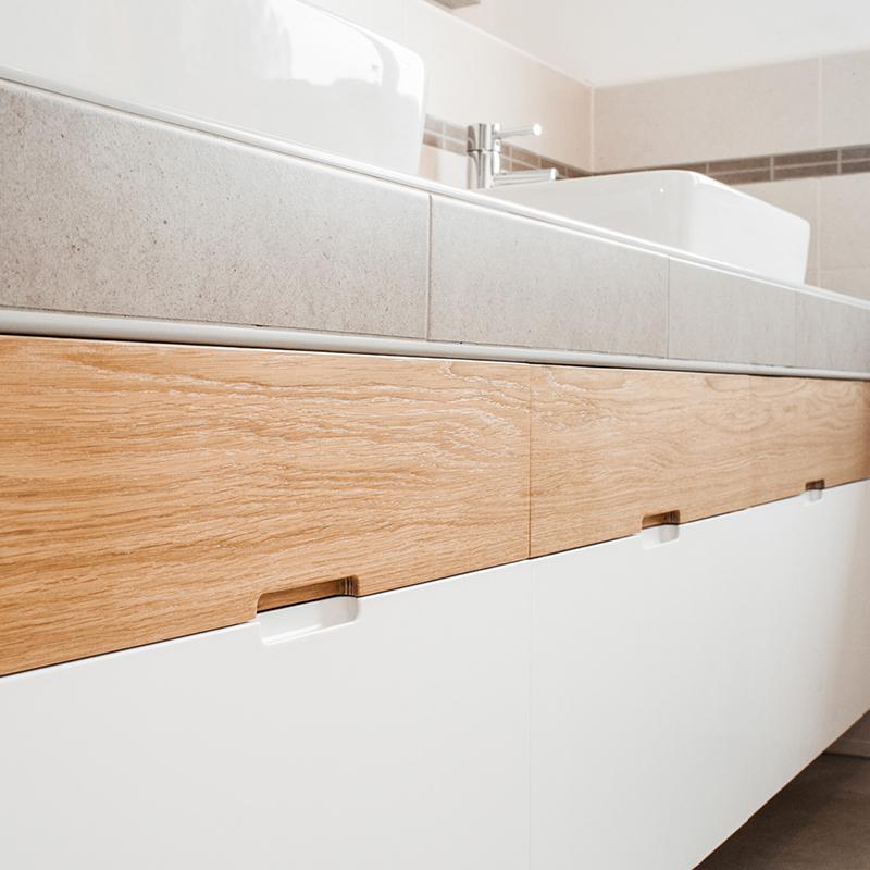Dieses elegante Badmöbel besticht durch ein klares Design mit tollem Materialmix. Hier treffen mehrere Materiale aufeinander, die sich auf geschmackvolle Art und Weise miteinander verbinden.