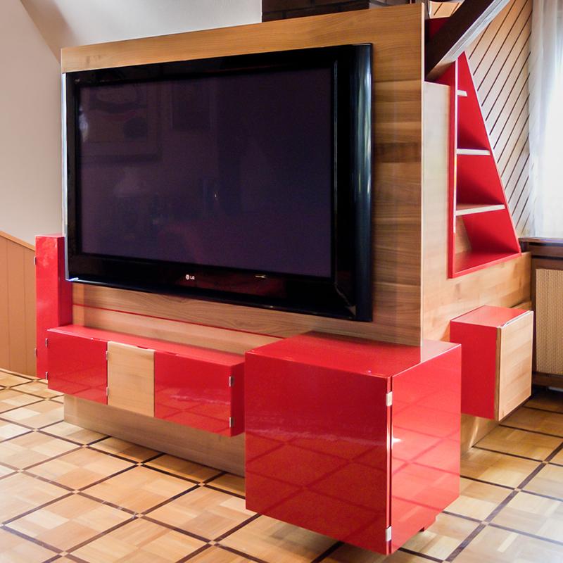 Dieses außergewöhnliche TV Möbel mit viel Stauraum greift mit seinen quadratischen Formen den sehr auffallenden und hochwertigen Bodenbelag auf und integriert sich in bestehendes Mobiliar. Die knallige Akzentfarbe sorgt für das gewisse Etwas.