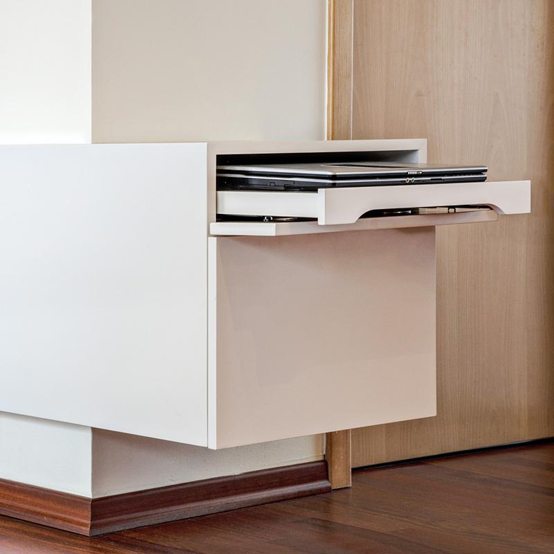 Sideboard, TV Möbel und Sekretär passen wunderbar zusammen und bieten Platz für Laptop und Co. Das minimalistische Design fügt sich toll in das beschauliche Wohnzimmer ein. Der Sekretär fällt durch die seitliche Fixierung an der Wand besonders ins Auge. Sie verleiht ihm nicht nur die nötige Stabilität, sondern schmiegt sich ganz natürlich wie eine zweite Haut an die Wand an und lässt das Möbelstück dadurch größer wirken.