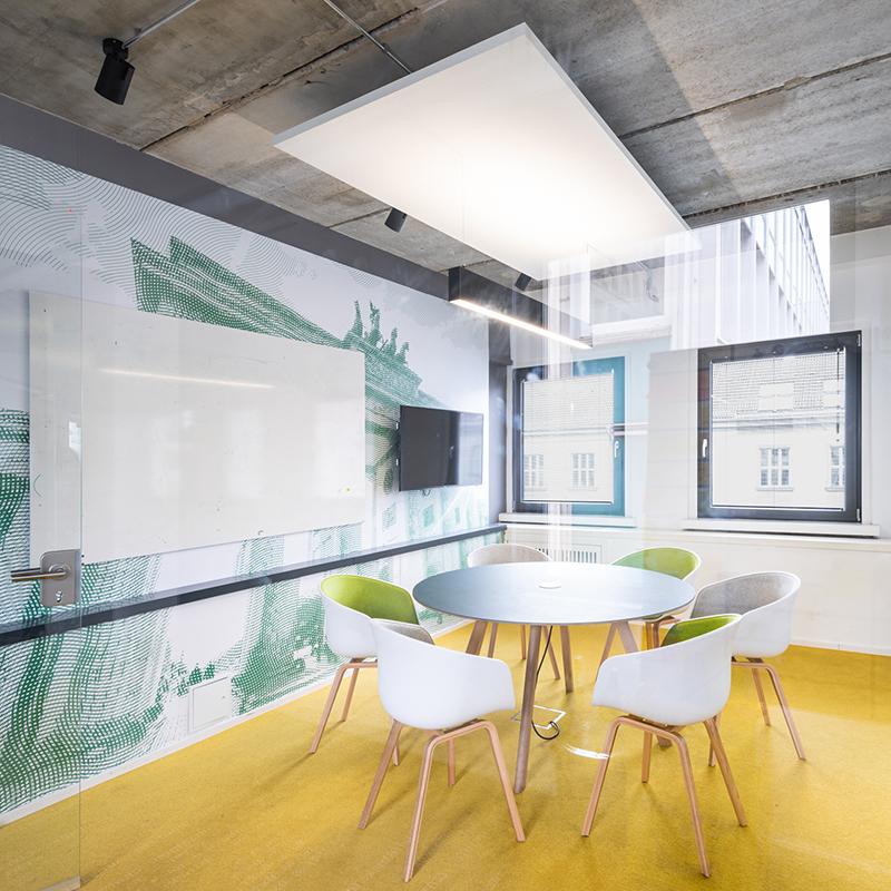 Diese außergewöhnliche Wandverkleidung ziert die Wand eines Konferenzraumes und bringt das Berliner Stadtfeeling ins Büroinnere. Das Design ist der Raster-Ästhetik eines Geldscheins nachempfunden.