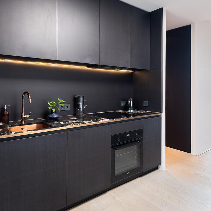 Diese moderne Küche in edlen Kupfer- und Schwarztönen sorgt mit ihrer integrierten LED Leiste für ein gemütliches Wohnambiente. Die indirekte Küchenbeleuchtung bringt die warmen Kupfertöne erst so richtig zum Leuchten.