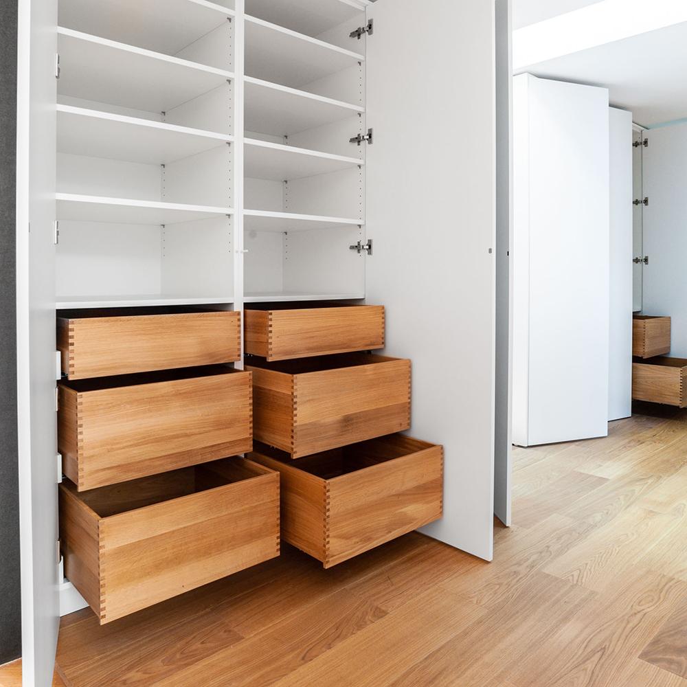 Der große und geräumige Garderobenschrank bietet nicht nur ausreichend Stauraum, sondern sorgt mit seinem integrierten Spiegel unter dem Dachfenster zusätzlich für die Vervielfachung von Tageslicht.