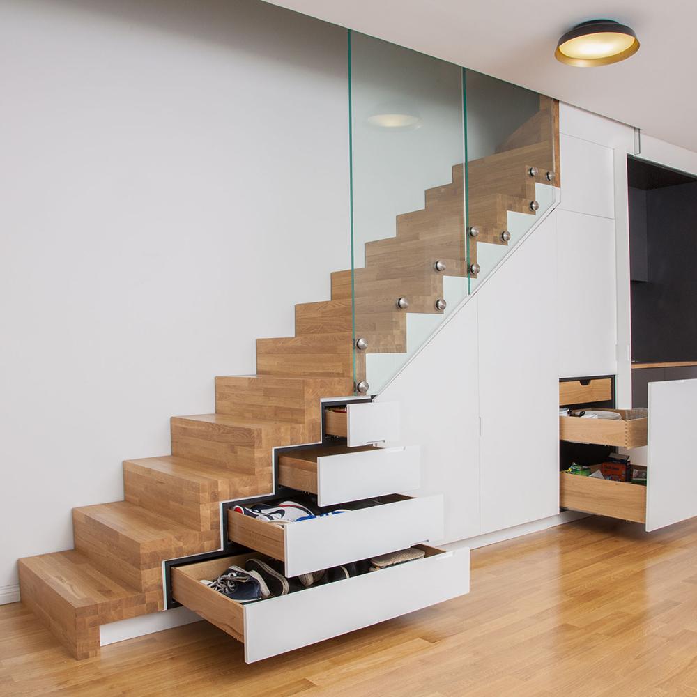 Diese moderne und platzsparende Garderoben- und Küchensituation ist der absolute Wahnsinn. Die massive Treppe aus Eiche bietet unfassbar viel Stauraum für Schuhe, Küchenutensilien und Co. Und kochen kann man hier auch. Na, wenn das nicht ein wahres Raumwunder ist.