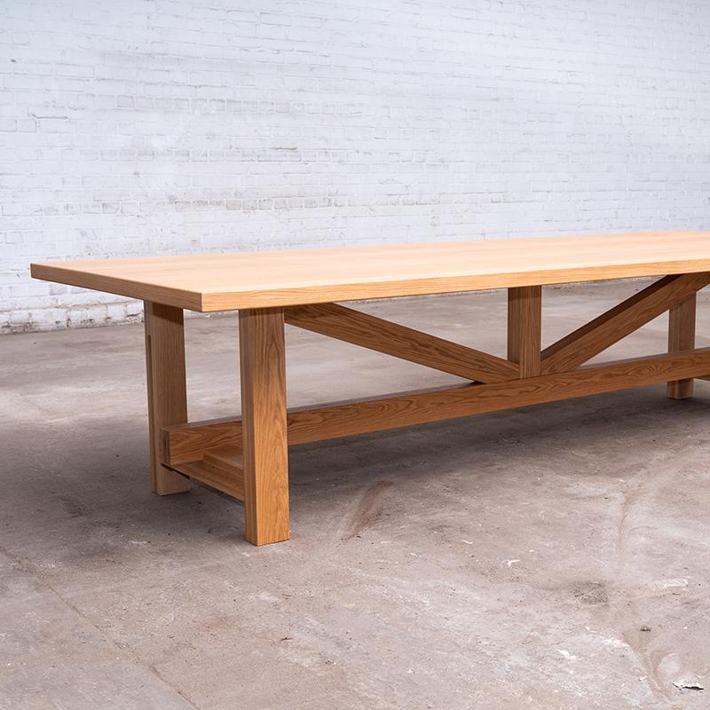 Der klassische Massivholz Esstisch aus Eiche macht jedes Esszimmer zu einem gemütlichen und wohnlichen Ort. Er bietet Platz für mindestens 8 Personen.