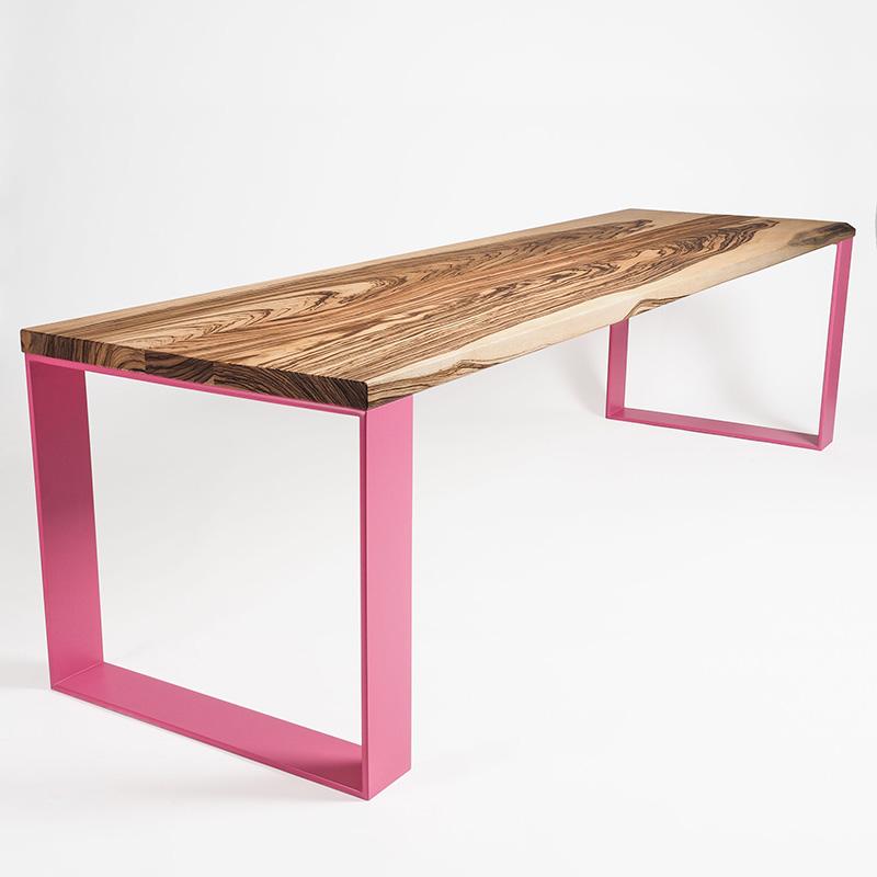 Der außergewöhnliche Tisch aus Zebrano Holz und rosafarbenen Stahlfüßen belebt jeden Raum. Ob Esszimmer, Arbeitszimmer oder Konferenzraum.