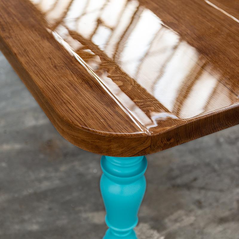 Dieser imposante Konferenztisch aus Eiche und gedrechselten Füßen aus Birke ist ein Wahnsinnshingucker, ein Mix aus klassischem damals und modernem heute. An ihm lässt es sich gut mit vielen Leuten arbeiten.