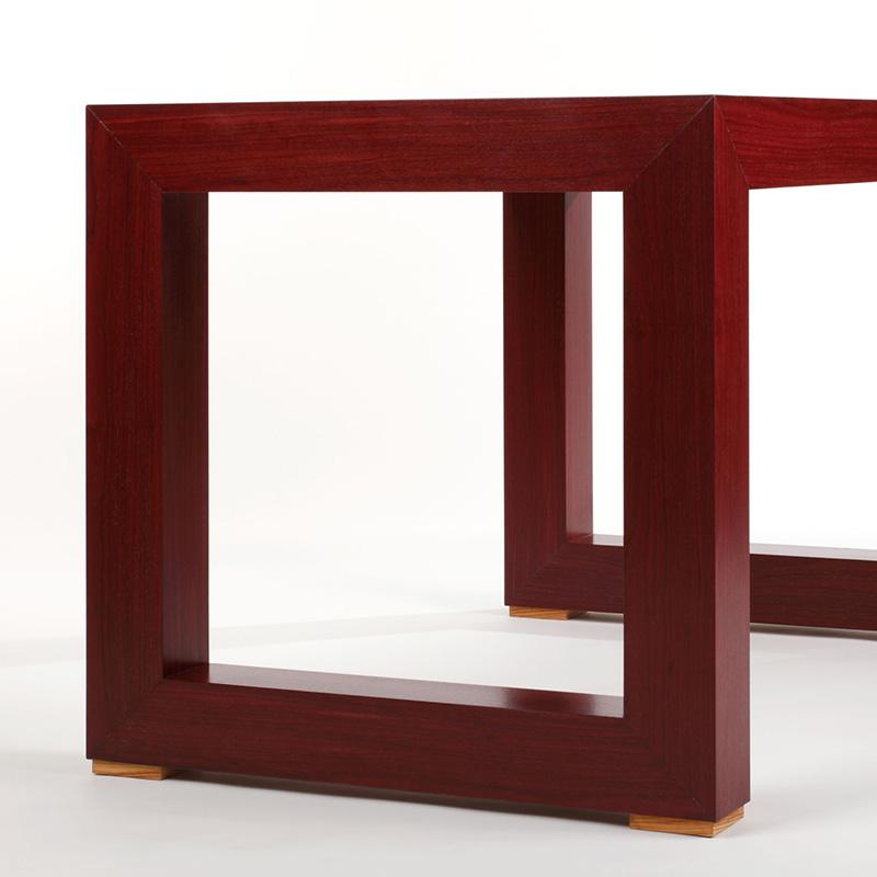 Dieser individuelle Schreibtisch aus Amaranth Furnier und einer eingelassen Schreibtischeinlage aus furniertem Olivenholz ist ein echter Hingucker für jedes Arbeitszimmer. Er wirkt kräftig und elegant zugleich.