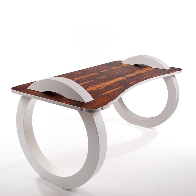 Der Tisch aus Rio-Palisander Furnier und großen Kreisen als Tischbein ist Kunstwerk und Möbelstück zugleich und bietet neben seinem reizenden Anblick viel Platz zum Arbeiten.