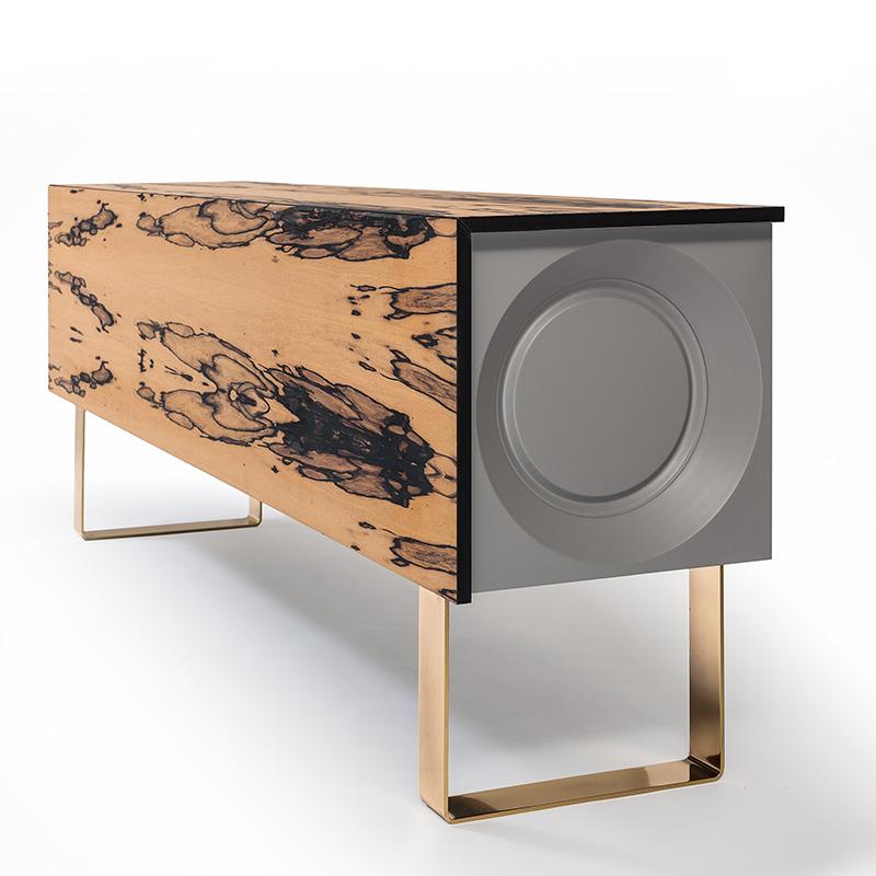 Das individuelle Sideboard wirkt mit seinem futuristischen Design, seinen Messingfüßen und seinem Palisander Furnier sehr edel und wie ein kleines Kunstobjekt.