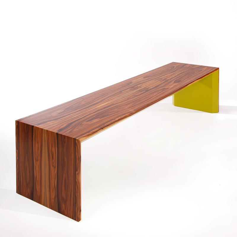 Unsere Sitzbank aus Santos-Palisander wirkt durch ihre schlichte Form sehr elegant. Farbe und Materialität sind nebst minimalistischem Design ein echter Eyecatcher.
