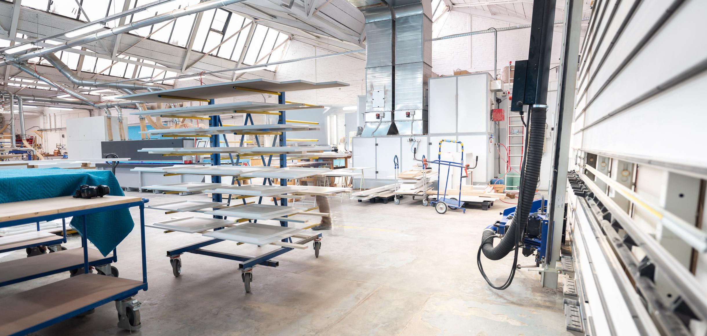 Ein Blick in unsere Werkstatt mit vertikalen Plattensäge