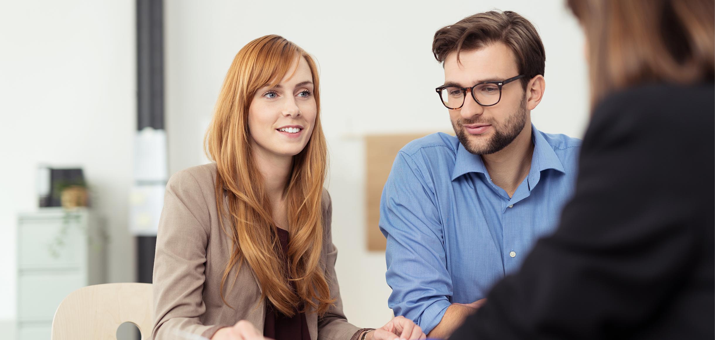 Ein Kundengespräch mit einem jungen Paar