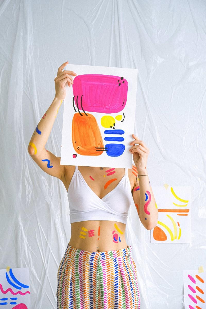 oman holding her art
