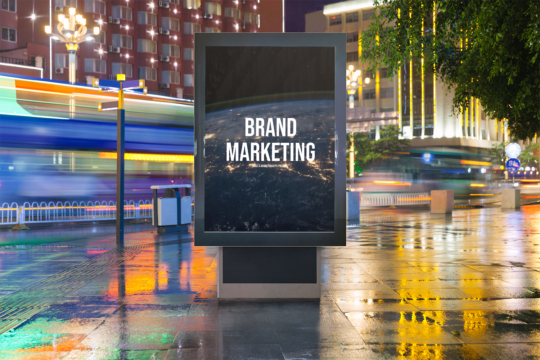 Brand Marketing steht auf einem Plakat in der Stadt. Auf dem Plakat ist eine Welt zu sehen