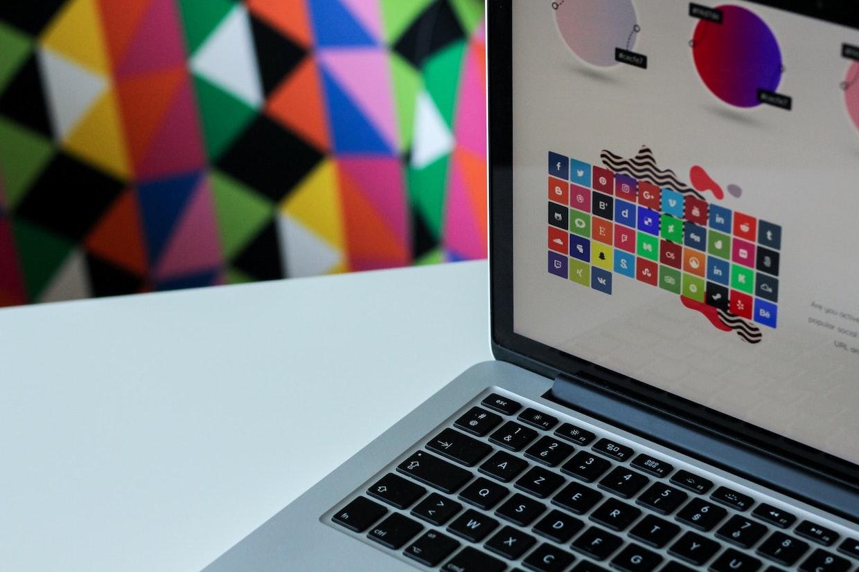 Laptop mit Marken Elementen wie z.B. Icon, Farben und Logos
