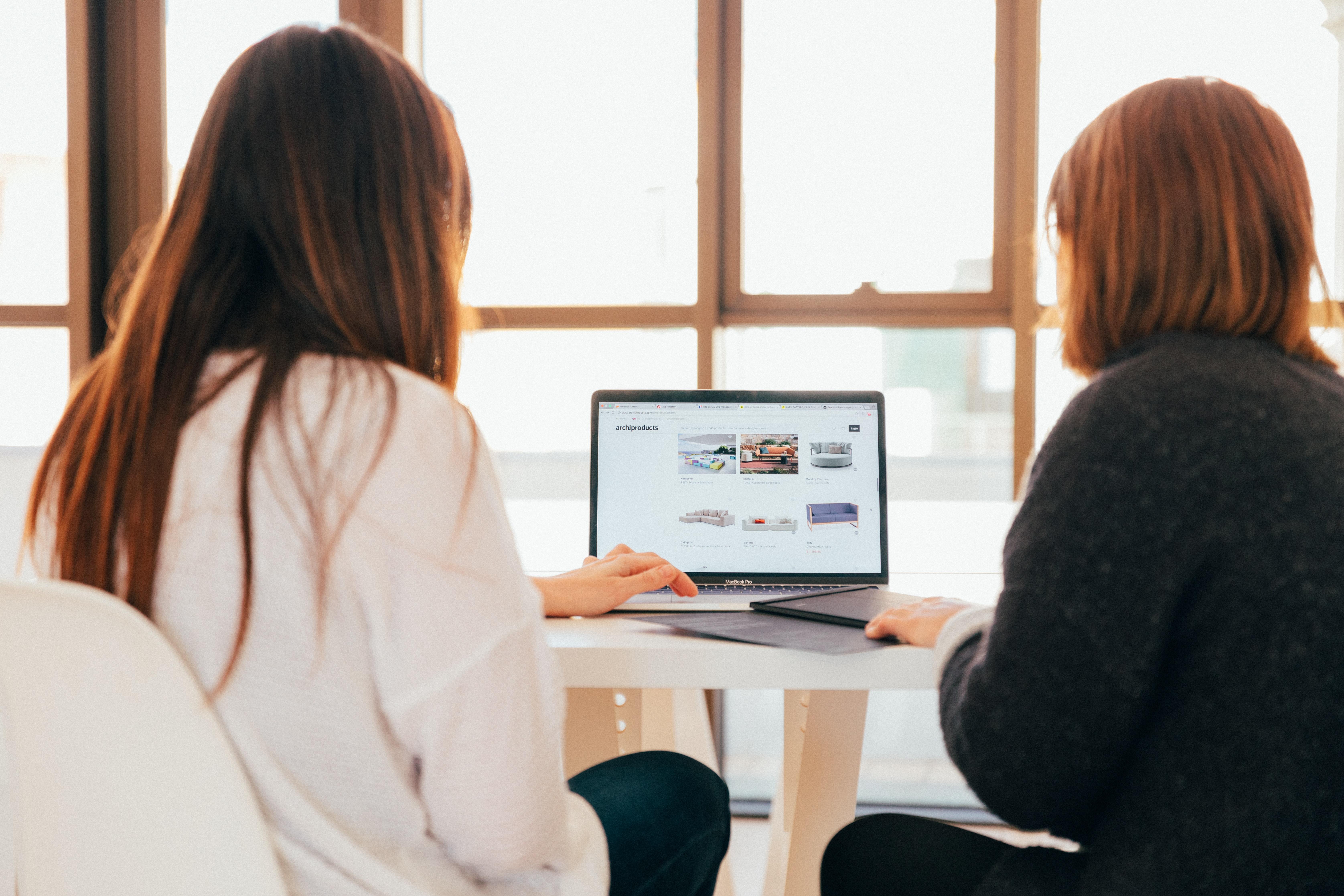 Kunden Meeting am Schreibtisch