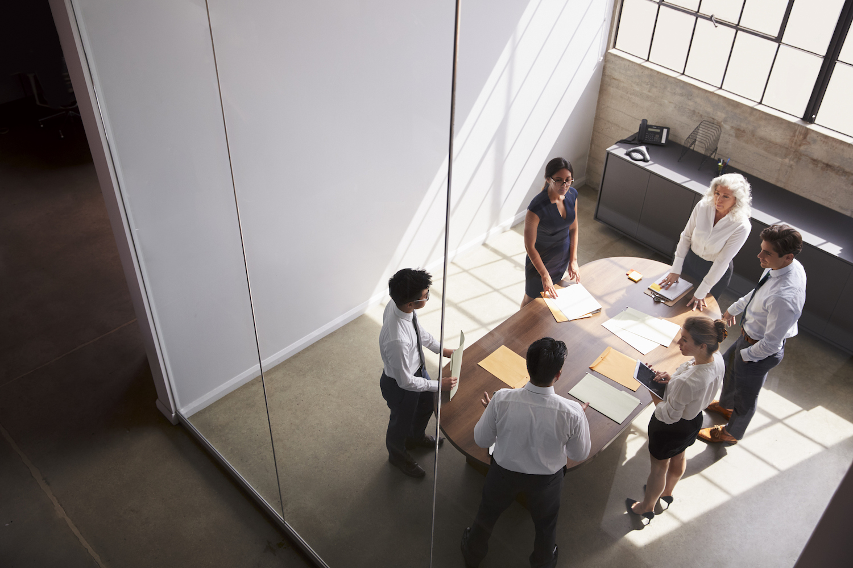 Brand Building Meeting mit Gründern in einem schönen Meetingraum