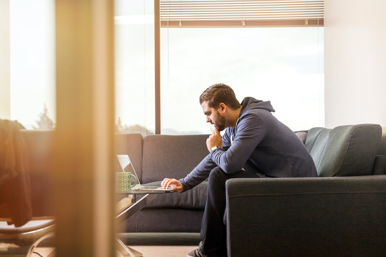 Start-up Gründer schaut sich Markt- und Trendanalysean