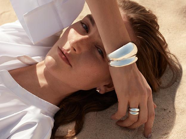 Bild på kvinna med ett armband från Georg Jensen.